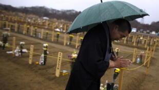 Cimetière provisoire suite au séisme et au tsunami du 11 mars 2011 au Japon.