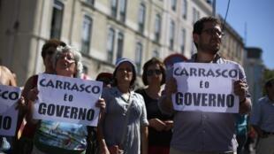Protesto em frente ao parlamento português contra nova lei das 40 horas de trabalho semanais.
