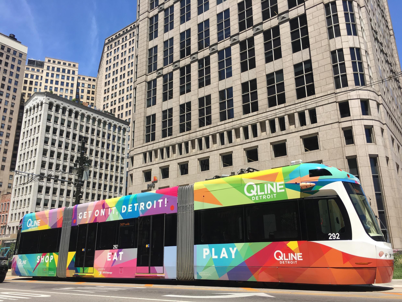 Un tramway multicolore remonte Woodward avenue, qui sépare la ville d'est en ouest.