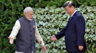 资料图片:印度总理莫迪与中国国家主席习近平2016年10月16日在印度西部果阿邦金砖峰会期间会晤。