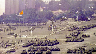 """اشغال میدان """"تیانآنمِن"""" توسط تانکهای ارتش سرخِ چین. ۵ ژوئن ١٩٨٩"""