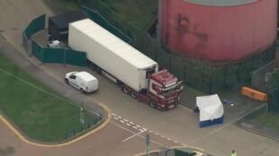 图为英国卡车冰柜中发现有39名非法移民遗体的现场