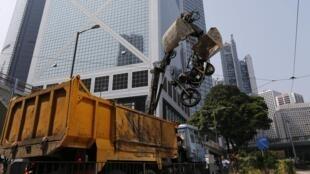 La police de Hong Kong est intervenue ce mardi matin, et pour la deuxième journée consécutive, pour enlever les barrières posées par les manifestants pro-démocratie depuis plus de deux semaines.