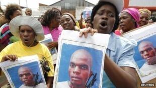 """Populares exigem justiça no caso do assassínio de """"Mido"""" Macie em Fevereiro 2013"""