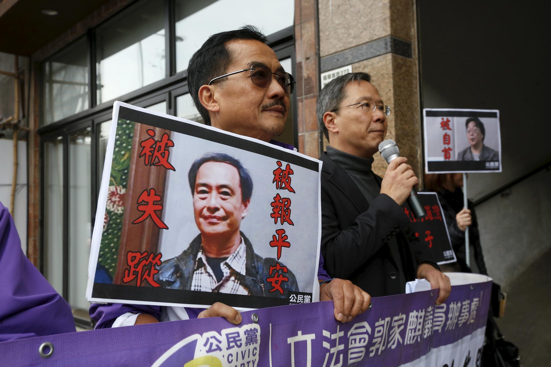 Người biểu tình mang ảnh ông Lý Ba, chủ hiệu sách bị mất tích trước văn phòng liên lạc Trung Quốc tại Hồng Kông, ngày 19/01/2016.