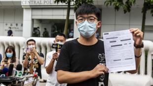 Joshua Wong habla con la prensa tras ser detenido varias horas el 24 de septiembre de 2020, ante una comisaría en Hong Kong