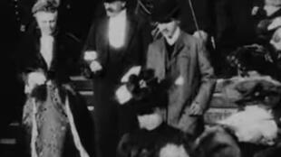 El hombre que aparece a la derecha de la imagen sería Marcel Proust.