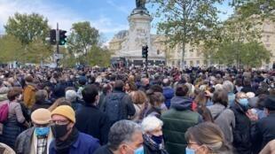 Dân chúng tập hợp tại quảng trường Cộng hòa (place de la République, Paris) tưởng niệm giáo viên Samuel Paty, ngày 18/10/ 2020.