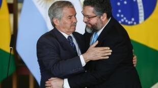 El canciller brasileño Ernesto Araújo (D), le da la bienvenida a su par argentino Felipe Solá, el 12 de febrero de 2020 en el Palacio Itamaraty en Brasilia