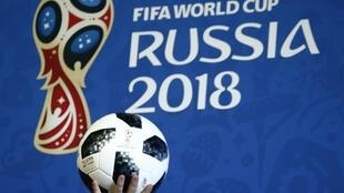 Un présentateur tient le ballon de match officiel pour la Coupe du Monde de la FIFA, Russie 2018, lors d'un événement pour annoncer les nouveaux Ambassadeurs FIFA Fan Fest 2018 à Moscou, en Russie, le 29 novembre 2017.