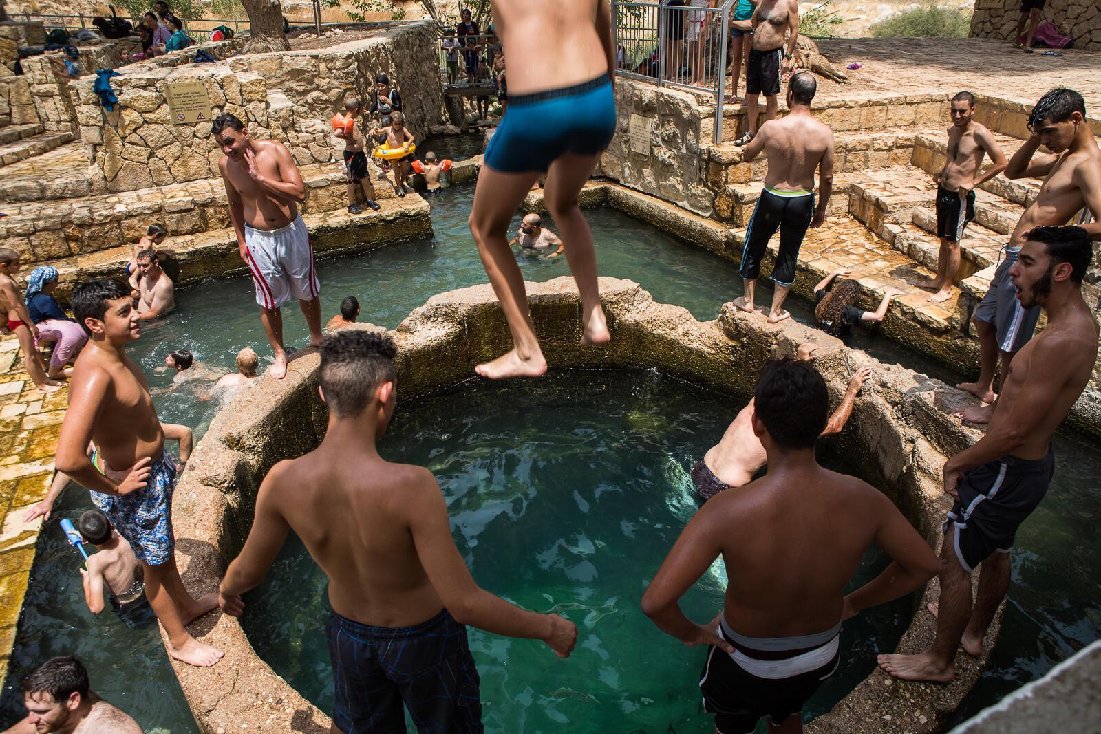 Août 2015. Des colons israéliens et des Palestiniens se baignent ensemble à Wadi Qelt, le long de la rivière Prat, dans la vallée du Jourdain en Cisjordanie.