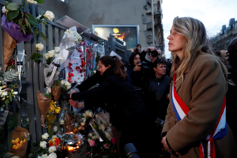 Ciudadanos y figuras políticas rindieron homenaje a Mireille Knoll frente a su domicilio en el barrio 11 de París, este 28 de marzo de 2018.