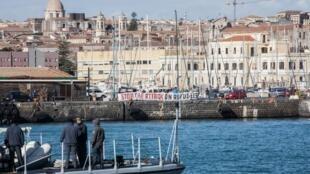 کشتی نجات انجمن آلمانی «سی واچ» که در سواحل لیبی به کمک پناه جویان شتافته بود، بامداد پنجشنبه با ٤٧ سرنشین در یکی از بنادر سیسیل پهلو گرفت.