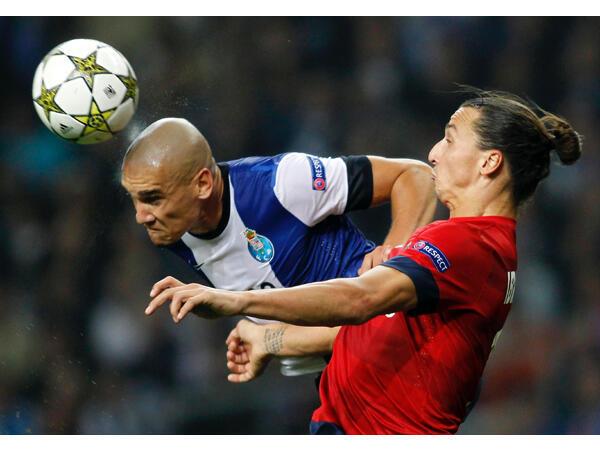 Mcezaji wa FC Porto, Maïcon (kushoto) akikabiliana Zlatan Ibrahimovic (PSG), kwenye uwanja wa Dragon  Porto.