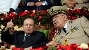Tổng thống Algeri Abdelaziz Bouteflika và tướng Ahmed Gaed Salah nhân buổi lễ tại trường võ bị Cherchell. Ảnh 27/06/2012.
