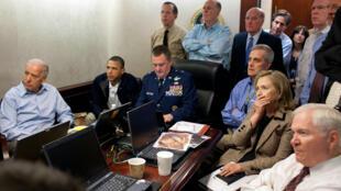 El entonces presidente Barack Obama (2º izq.) y su vicepresidente Joe Biden (izq.) con sus principales asesores, entre ellos el jefe de la CIA John Brennan (2º dcha.), mientras se desarrolla la redada del 1 de mayo de 2011 en Abbottabad (Pakistán) contra Osama bin Laden