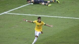 Le Brésilien Neymar vient de doubler la mise face à l'Espagne. Le gardien espagnol Iker Casillas est à terre.