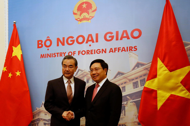 Ngoại trưởng Vương Nghị và Ngoại trưởng Phạm Bình Minh trước cuộc họp ngày 02/11/2017 tại Văn phòng Chính phủ, Hà Nội.