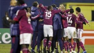 Jogadores do Lyon celebram a formidável vitória sobre o Dínamo de Zagrebe na Liga dos Campeões.