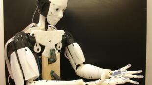 Robô humanoide francês é um dos destquaes da exposição.
