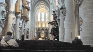 Une vue de la nef de la cathédrale Saints-Michel-et-Gudule de Bruxelles.