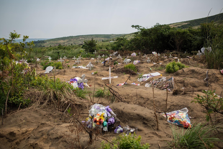 Le cimetiere de Maluku, où 421 corps ont été inhumés le 19 mars 2015, dans la nuit.
