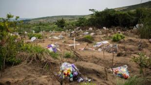 Le cimetière de Maluku, où 421 corps ont été inhumés dans une fosse commune le 19 mars 2015, dans la nuit.