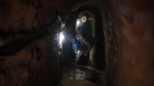 Des Palestiniens qui tentent de réparer un tunnel clandestin innondé par les forces de sécurité égyptiennes, le 10 septembre 2013.