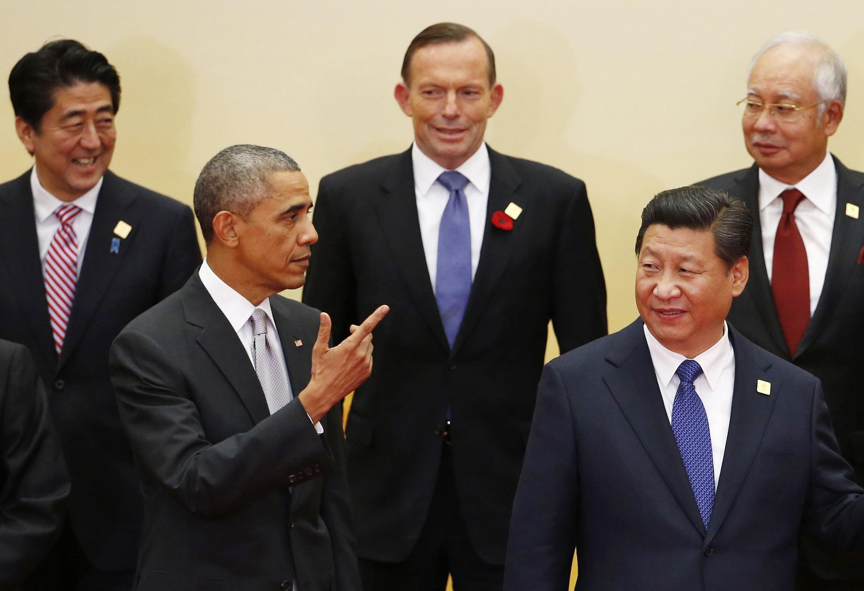 Rais wa Marekani, Barack Obama wa kwanza kushoto, akiwa na waziri mkuu wa Australia, Tony Abbott katikati pamoja na rais wa China Xi Jinping