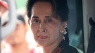 A líder birmanesa Aung San Suu Kyi representará Mianmar diante do tribunal de Haia. O país responde por genocídio contra minoria muçulmana.