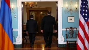 Le secrétaire d'Etat américain Mike Pompeo (D) et le ministre des Affaires étrangères arménien Zohrab Mnatsakanyan à Washington, le 23 octobre 2020.