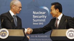 El presidente del Consejo Europeo Herman Van Rompuy y el presidente surcoreano Lee Myung-bak en una conferencia de prensa después del encuentro, este 28 de marzo de 2012.