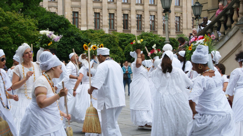 Imagem da cerimônia de lavagem de uma igreja católica em Berlim promovida pelo Fórum Brasil em 2017.