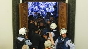 Invasão do Parlamento: eleitores insatisfeitos agrediram deputados.