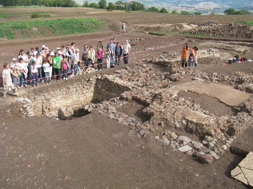 Le site de Corent est fouillé et visité par un public de curieux et nombreux comme ici, à l'occasion des Journées du patrimoine en 2014.