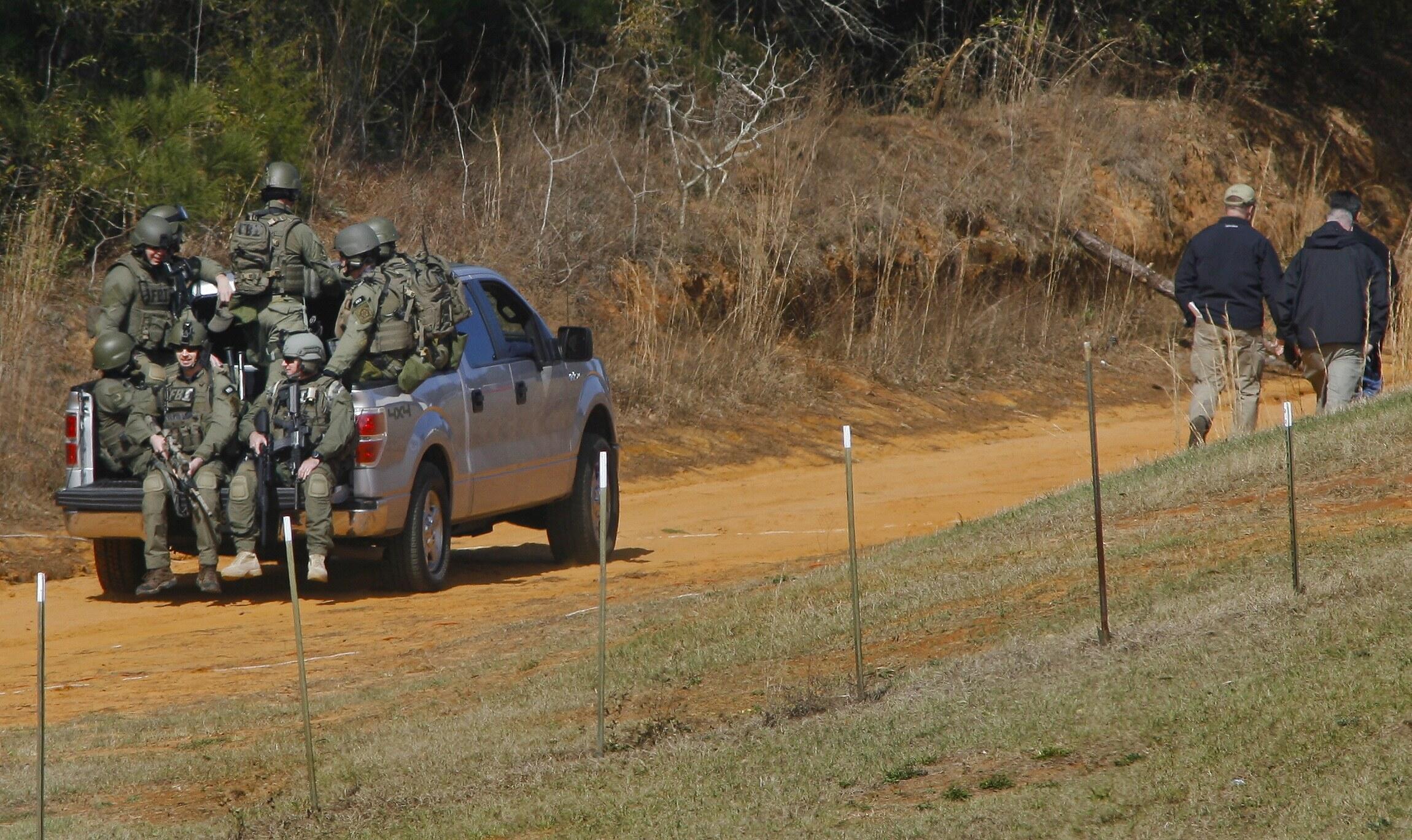 Agentes do FBI em direção ao bunker onde estava sequestrado o menino de 5 anos por um aposentado.