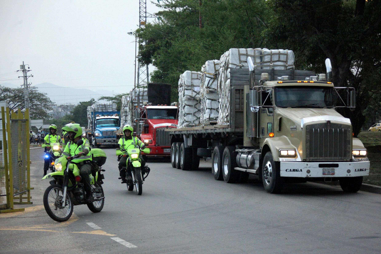 Xe tải chở hàng cứu trợ chờ ở thị xã Cúcuta, Colombia, để vào Venezuela.