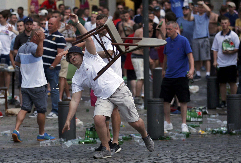 Một cổ động viên người Anh bị ném ghế trong trận hỗn chiến giữa nhóm cổ động viên Anh và Nga, tại Marseille ngày 10/06/2016.