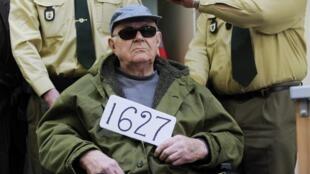 John Demjanjuk au tribunal de Münich, le 22 février 2011. Le chiffre 1627 indique le numéro du document du KGB qui prouverait son innocence.