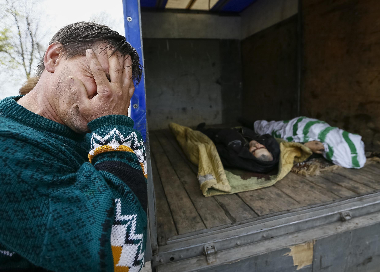 Reuters публикует фотографии тел погибших во время вооруженного столкновения на блок-посту в Славянске
