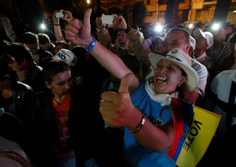"""Simpatizantes do """"Não"""" comemoram vitória em plebiscito sobre acordo de paz na Colômbia."""