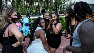Un grupo de mujeres celebran una despedida de soltera en Miami Beach el 26 de junio, sin prestar atención a las normas de distanciamiento social.