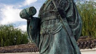 Tượng chiến lược gia Tôn Tử tại Nhật Bản. Phải chăng Trung Quốc đang áp dụng sách lược Tôn Tử trong cuộc đọ sức với Mỹ?