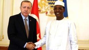 Shugaban kasar Turkiya Recep Tayyip Erdogan yayin ganawa da shugaban Chadi Idriss Deby, a lokacin da ya kai ziyara birnin N'Djamena.