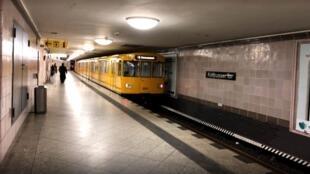 """ایستگاه مترو کوتبوسر تور """"Kottbusser Tor""""، در مرکز کرویتسبرگ قرار دارد که یکی از دروازههای جنوبی شهر برلین بود."""
