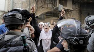 Askari polisi wa Israel wakiingia Jumapili katika Msikiti wa Al-Aqsa, Jerusalem, ambapo vurugu zilipotokea.