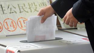 2018年11月24日台湾地方公职人员选举及全国性公民投票案第7案至第16案登场,最多可领到15张选票,这也是民眾首次面对一次需要投下这麼多选票的情况。