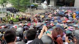 Les manifestants munis de parapluies à Hong Kong, le 12 juin 2019.