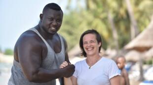 Le lutter sénégalais Bombardier et sa compatriote Léa Buet, ex-judokate investie dans le développement du MMA.