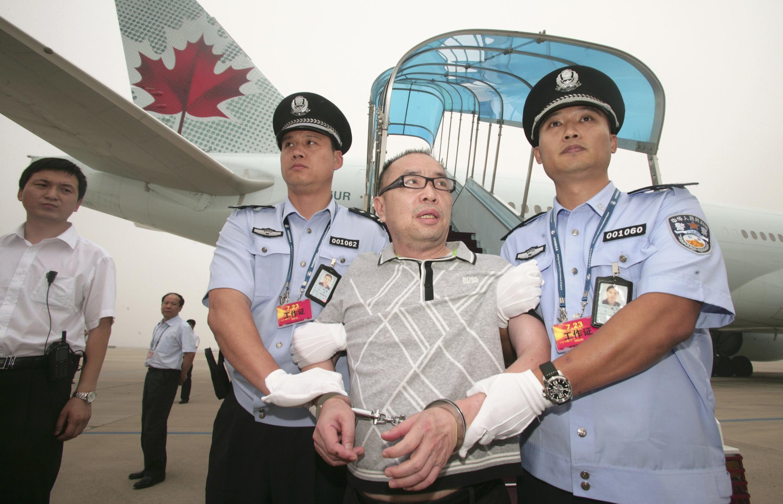 Lại Xương Tinh (Lai Changting), bị truy nã vì buôn lậu, hối lộ quan chức tham nhũng, bị dẫn độ từ Canada về Bắc Kinh.